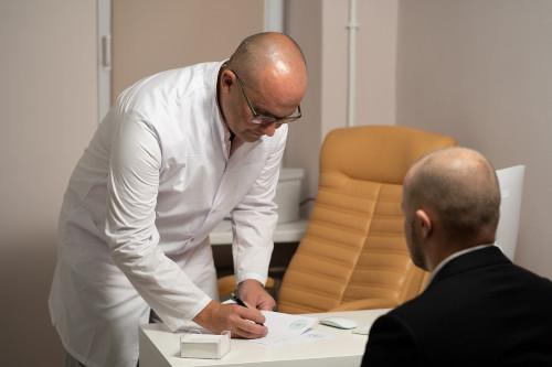 psychiatra, psychoterapeuta wypisujący receptę dla pacjenta